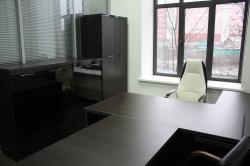 Боковины шкафов и тумб цвета металлик в сочетании со столами на металлокаркасе в полной мере раскрывают задумку дизайнера офисной мебели